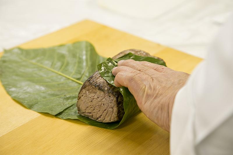 ローストビーフを葉でつつむ2